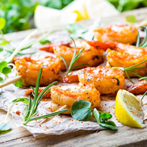 Brochettes de crevettes marinées