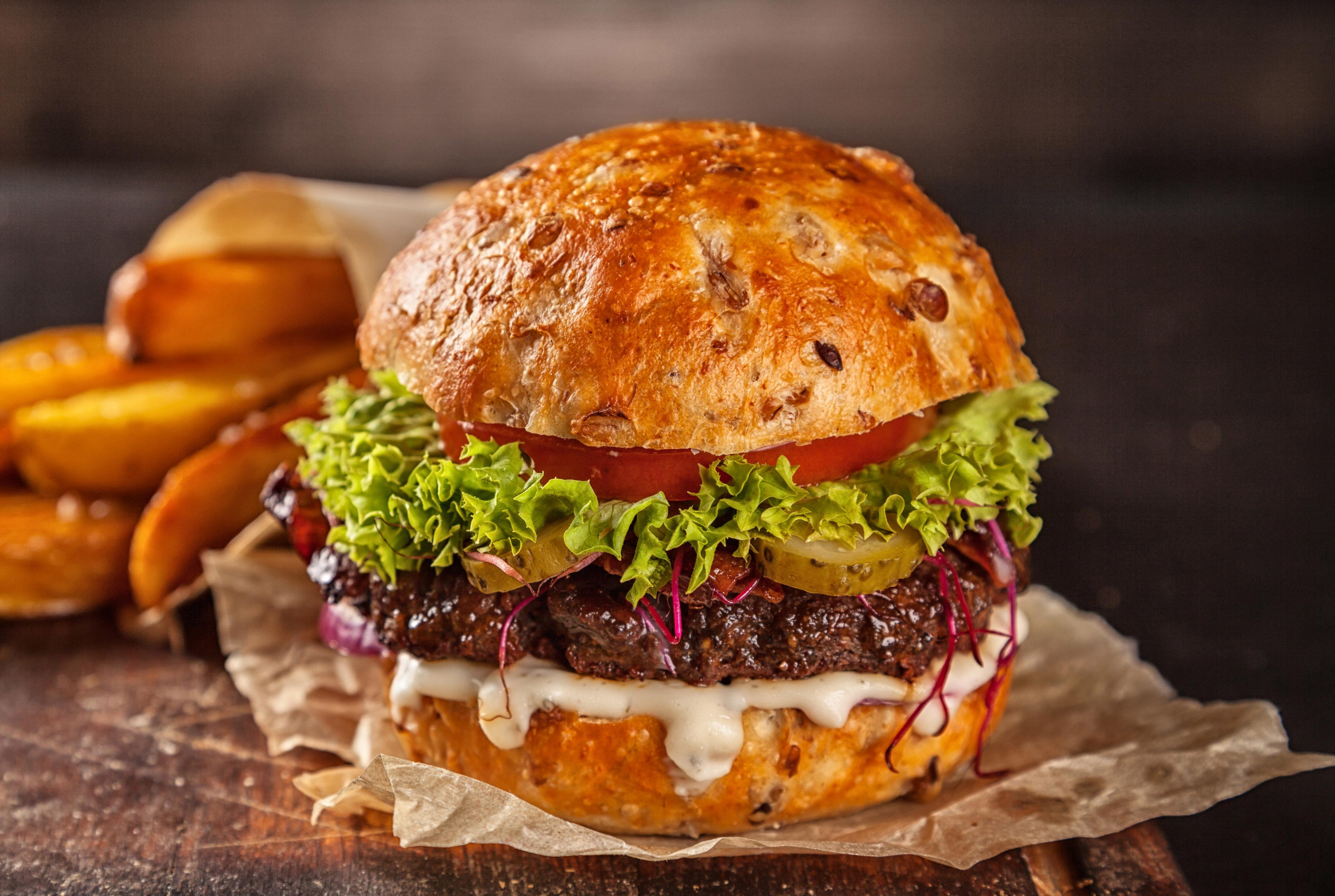 burger au bœuf et potatoes cajun